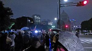 反原発デモは国会議事堂前にもエリアを拡大。主催者により子連れでの参加者向けスペースも設置された。