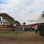 国内線エア・ケニアに搭乗。途中飛行機を乗り換えてマサイ・マラのキチュワ・テンボ・エアストリップには小一時間で到着。土の滑走路に東屋、あとは草だけ。迎えのランクルに乗ってムパタ・サファリ・クラブへ。