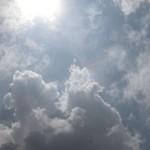 屋根に穴を開けたランクルに揺られ、ムパタ・サファリ・クラブまでおよそ45分。予想外の悪路が、長時間のフライトで疲れた身体にムチを打つ。頭上に広がるのは青空と雲、そして燦々と降り注ぐ太陽の光。