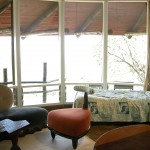 とてもユニークな意匠の建物。曲線を多用した、巻貝状のデザインは、鈴木エドワードの手になるもの。室内にも独特のかたちをした家具が置かれる。見ているだけでも楽しめる。