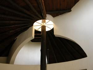 天井を見上げる。中央に採光口が設けられており室内は明るい。ひとつ難点をいえば、壁により室内の各部屋が完全に仕切られていないところ。トイレも天井で繋がっているので……気を遣う。