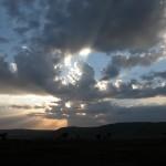 マサイ・マラ2日目の終わり。ムパタ・サファリ・クラブへと帰る途中。夕日と雲と空と大地がおりなす1日の終幕。