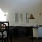 ムパタの部屋。左奥がトイレ、その手前がベッドルーム。右奥がエントランス。