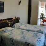 ベッドルームから。家具といい飾られる絵といい、ユニークだ。
