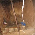 マサイの家のなかは昼間でも暗い。寝床や暖炉(コンロ?)などがある。牛の糞でできていることは、いわれないとわからない。つまり、臭くはない。当たり前か。
