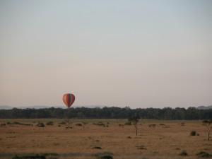 マサイ・マラ観光といえば、気球によるバルーンサファリが有名。気温の寒暖の差を利用して空を飛ぶため、早朝に行われる。空からサバンナを眺めたいけど、ひとり350 USドルとベラボウに高いため、断念。