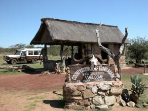 密猟者を取り締まるため、マサイ・マラではレンジャーたちが各所で見張っている。ここはそんなレンジャーたちの詰所のようなもの。クルマを降りて向かった先は……。
