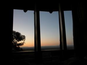 あっという間の最終日。カーテンを全開にし就寝、朝日とともに目覚めた。なんという贅沢なロケーション!