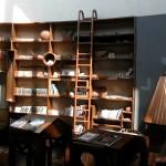 レセプション横にある図書スペース、デン。アフリカにまつわる本や写真集を自由に手にとることができる。