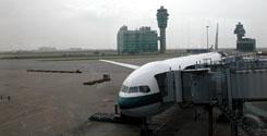 香港でのトランジット。機上での時間も長いが空港での待ち時間だけでも丸半日。深夜のドバイではベンチで仮眠をとった。