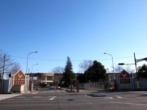 国道16号線沿いにある横田基地の第2ゲート(撮影=bg)