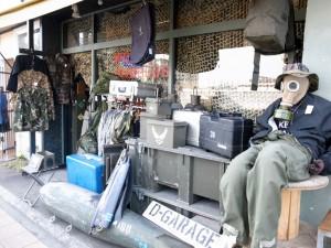 店先には米軍払い下げと思しき品々が並ぶ。(撮影=bg)