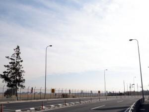 横田基地の北側では、広々とした滑走路を見ることができる。(撮影=bg)