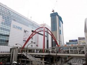 今もなお各所でビル建設が続く立川駅。2016年夏には大型複合施設「立川タクロス」(写真奥)も開業する。(撮影=bg)