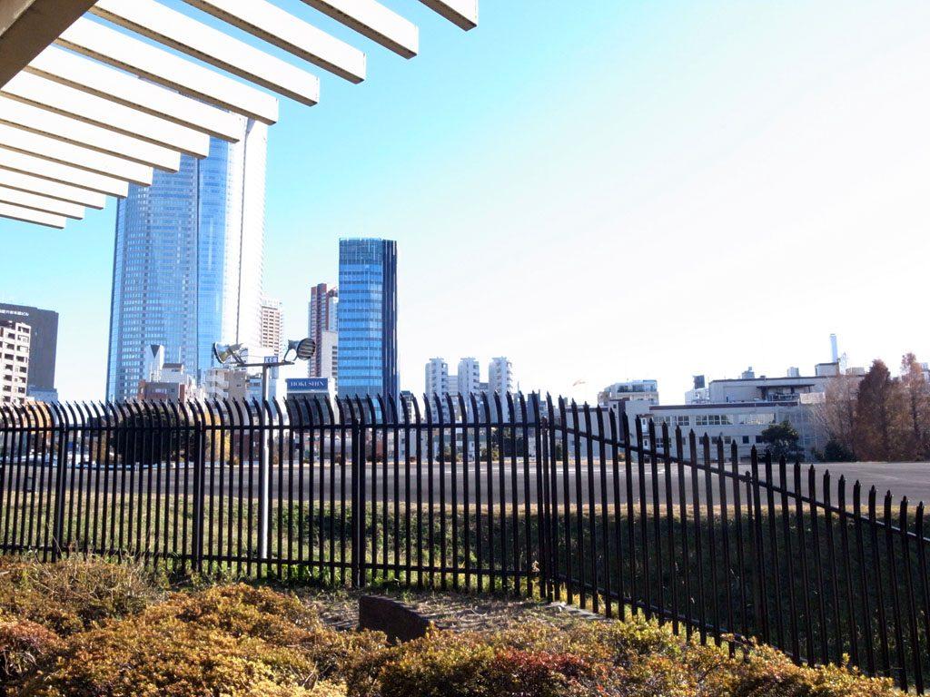「赤坂プレスセンター」のヘリポート(写真)。その一部は「六本木トンネル」の上にある。(撮影=bg)