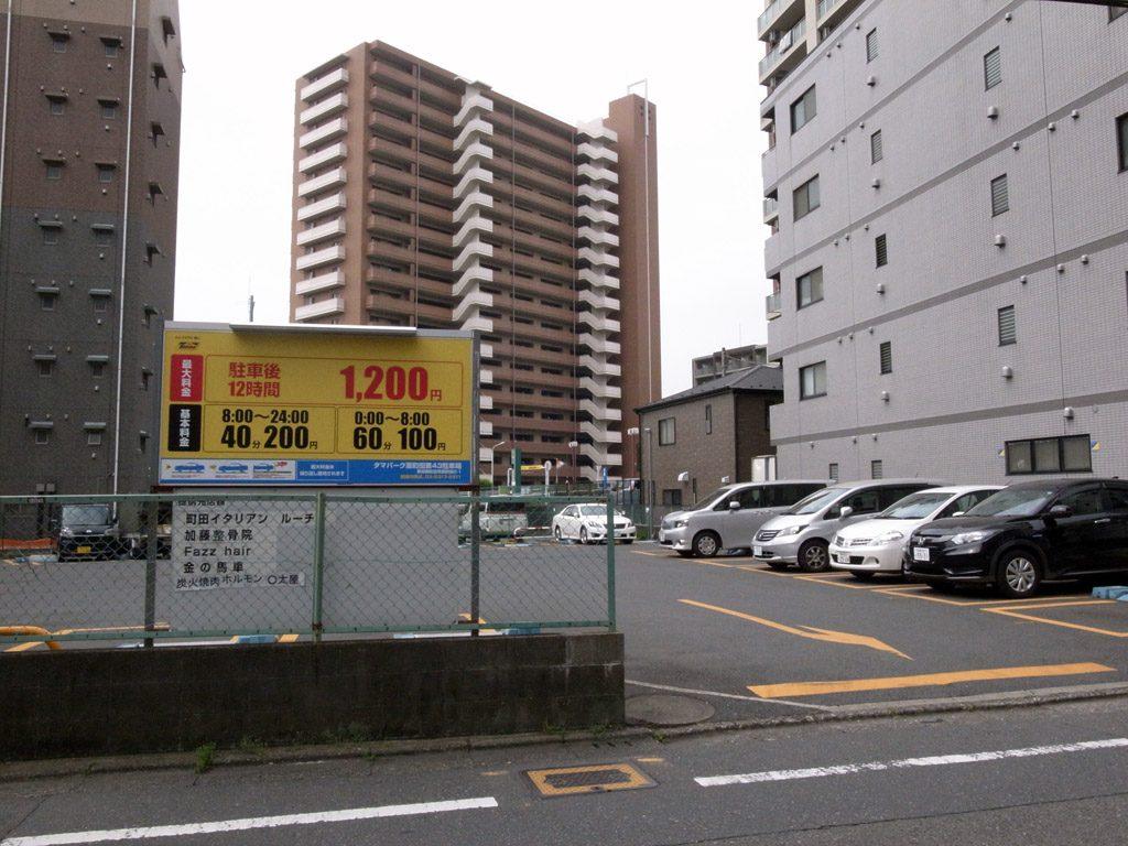 墜落現場と思われる駐車場(撮影=bg)