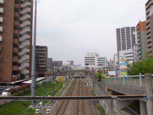 事故現場のすぐ横を走る線路 (撮影=bg)