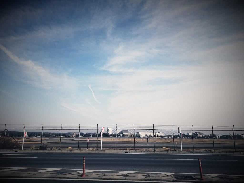 横田基地、北側の滑走路(撮影=bg)