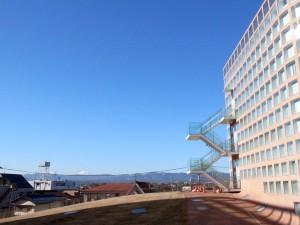 福生市役所から西を望めば関東山地。白く化粧した富士山も見える。(撮影=bg)