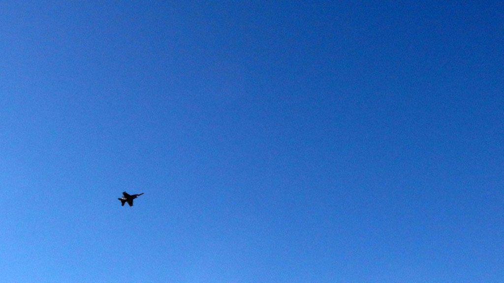 厚木基地の上空を飛ぶ軍用機。(撮影=bg)