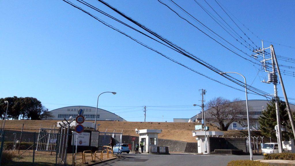 厚木基地・東ゲート。神奈川県下の綾瀬市、大和市、海老名市にまたがる同基地は面積約5.069平方km(横田基地の7割程度の広さ)。全長2438m、幅45mの滑走路のほか、管制塔や格納庫、兵舎や住宅などがある。(撮影=bg)