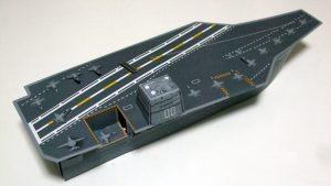 現代の空母では、艦前半の「発艦スペース」(写真右側)に対し、 後半の「着艦スペース」(同左側)を傾ける「アングルド・デッキ」という構造が採用されている。ちなみに写真は「軍港めぐりクルーズ」の売店で売られていた「空母チョコクランチ」の外装である。(撮影=bg)