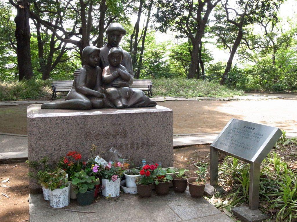 横浜市中区の「港の見える丘公園」の母子像。(撮影=bg)