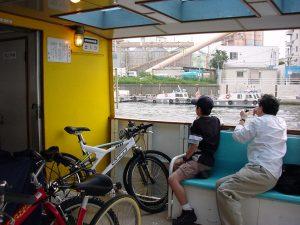 「SUNN NEURO」(写真奥)を駆り、友人とサイクリングへ。東京湾や周辺河川を行き来する水上バスを使って都内を巡った。(2001年/撮影=bg)