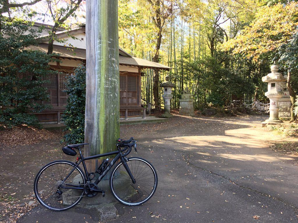 多摩サイクリングロードの西の終着点「阿蘇神社」。自転車乗りのためのお守りもある。(2018年/撮影=bg)