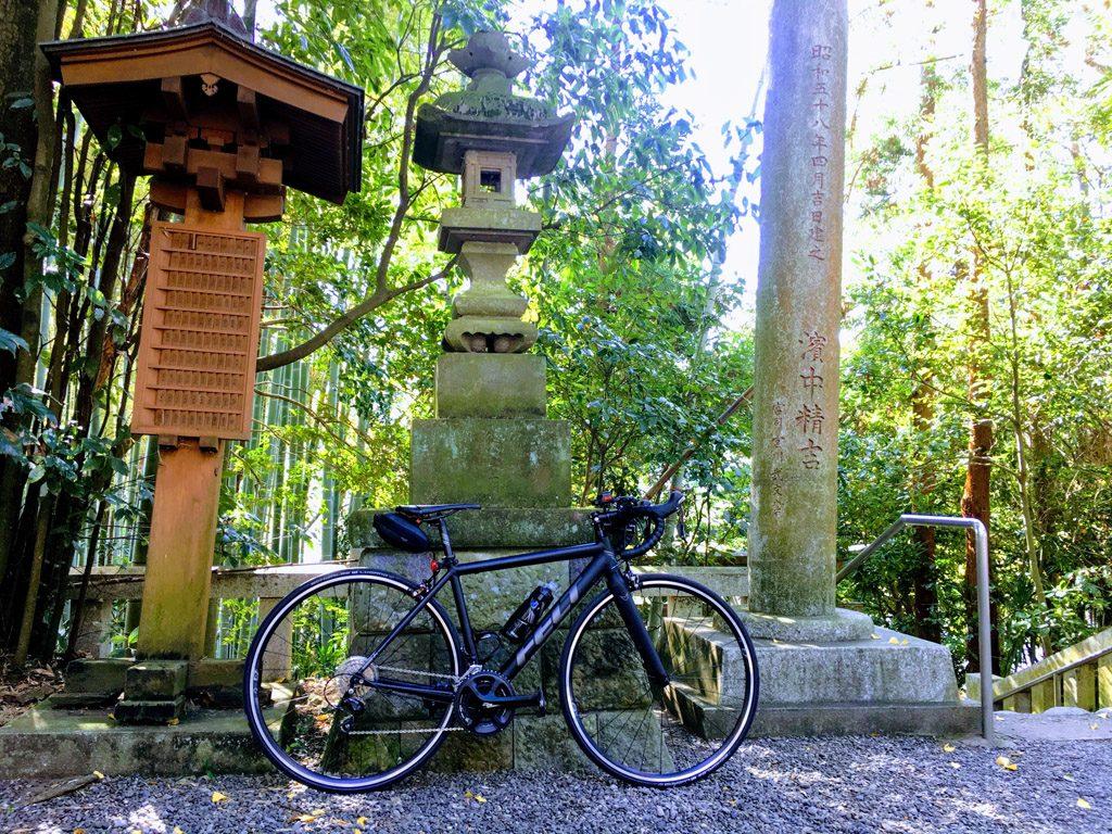 タマサイの西の終点にある阿蘇神社にて。(2018年/撮影=bg)