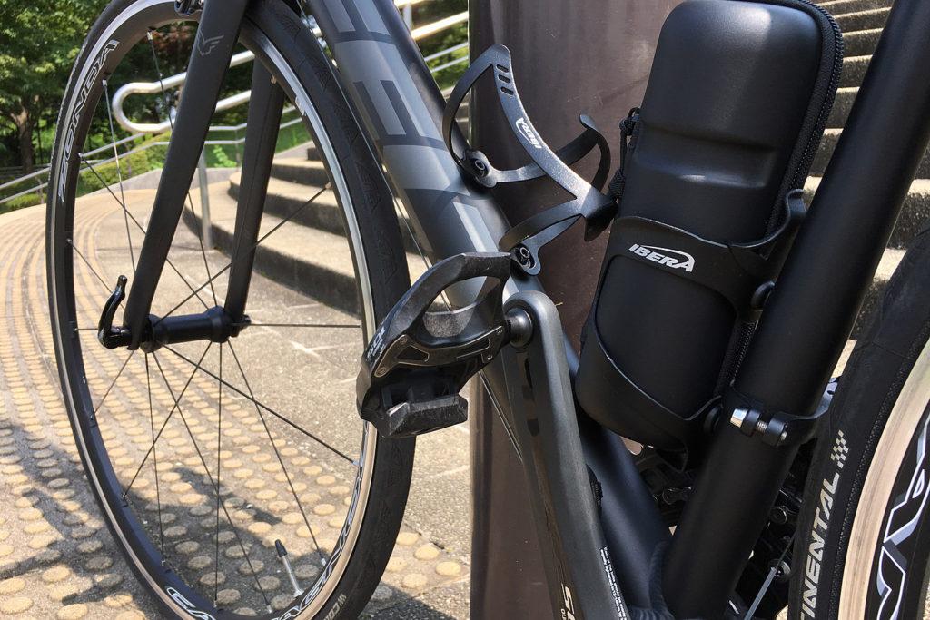 「FELT F75」のペダルは、シマノのロードバイク用「SPD-SL」。コンポーネントと同じ「105」としてみた。(撮影=bg)