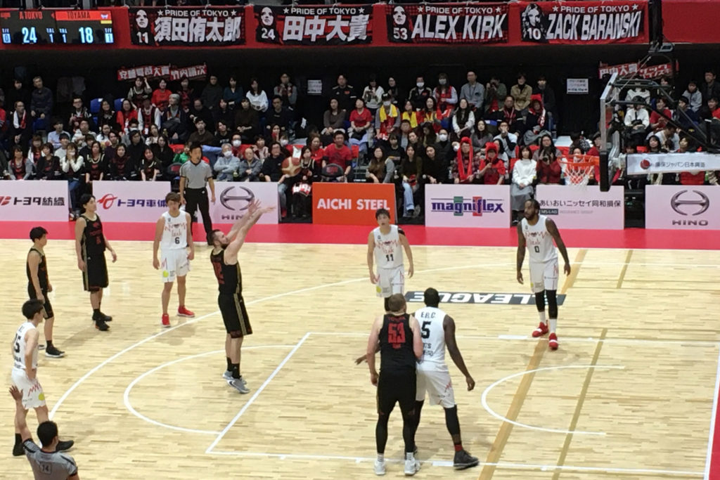 初めてのBリーグ観戦は、アルバルク東京対富山グラウジーズ戦。リングの高さは305cmだが、2m越えの選手もめずらしくないから意外とゴールが近くに見えたり、といった発見もあった。(撮影=bg)