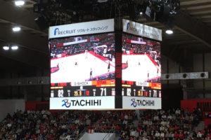 コートの真上には大型のスクリーン。スコアやタイムがどこからでも分かる。選手もリプレイを確認していたりと活用していた。(撮影=bg)