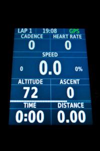 2.3インチのカラーディスプレイには、スピードやケイデンス、走行距離などの情報が並べられ、表示されない数値も、左側面の上下ボタンでスクロールさせ参照することができる。ガーミンが用意する「Connect IQ」から気に入った表示レイアウトを選ぶことも可能。(撮影=bg)